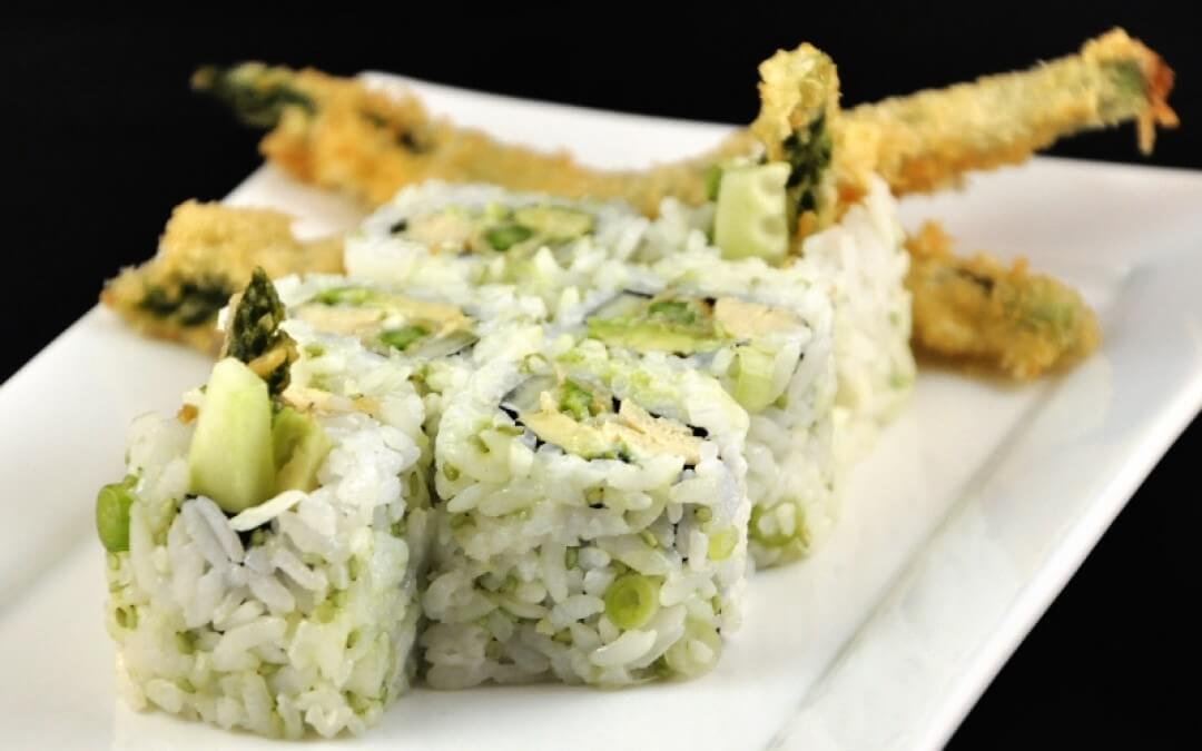 Vega sushi: Urumaki met komkommer, Japanse omelet, avocado en groene asperges