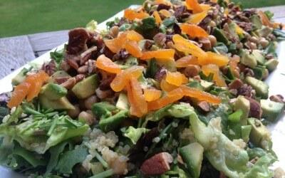 Quinoa salade met abrikozen, rucola en avocado