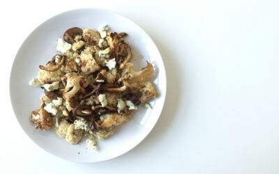 Quinoa salade met bloemkool, paddenstoelen en blauwe kaas