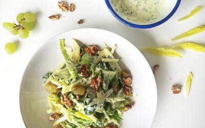Creatieve waldorfsalade met yoghurt-dressing