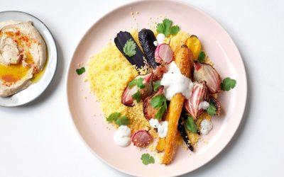 Gele couscous met geroosterde groenten, hummus en yoghurtsausje