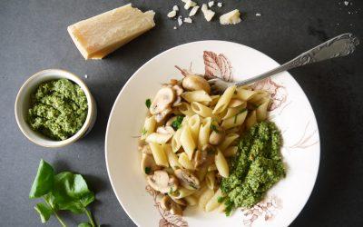 Penne met walnoot-waterkerspesto, paddenstoelen en Parmezaanse kaas
