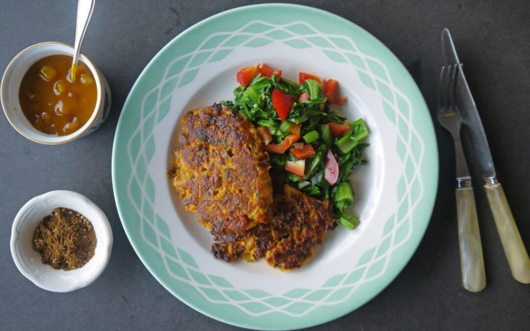Koolraap pannenkoekjes met roerbak groenten en mangochutney