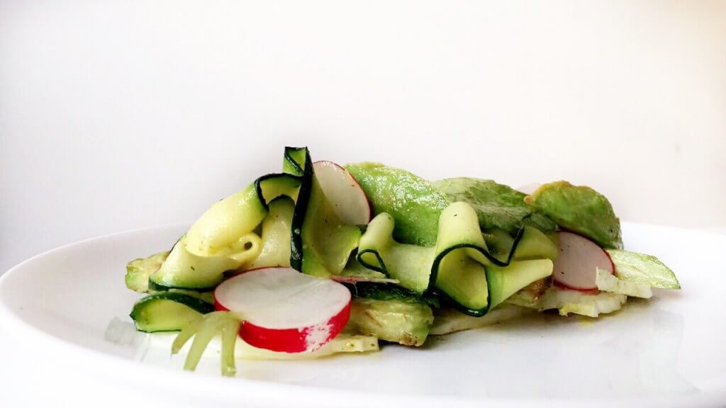 Kerstmenu: salade met courgette, venkel, radijs en gebakken avocado