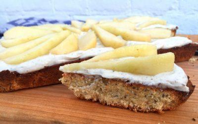 Amandelcake met yoghurt, banaan en peer