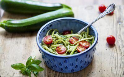 Courgetti met tomaten-olijfsalsa en basilicum