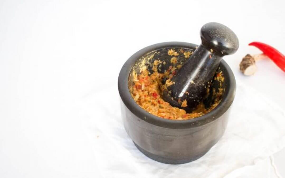 Zelf rode currypasta maken