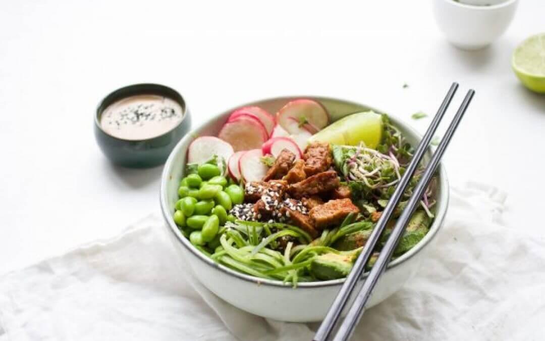Vegan poké bowl met rijstnoedels en tempeh