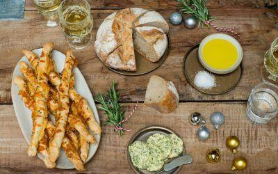 KERST: Feestelijke broodplank met zelfgemaakte kruidenboter en kaasstengels