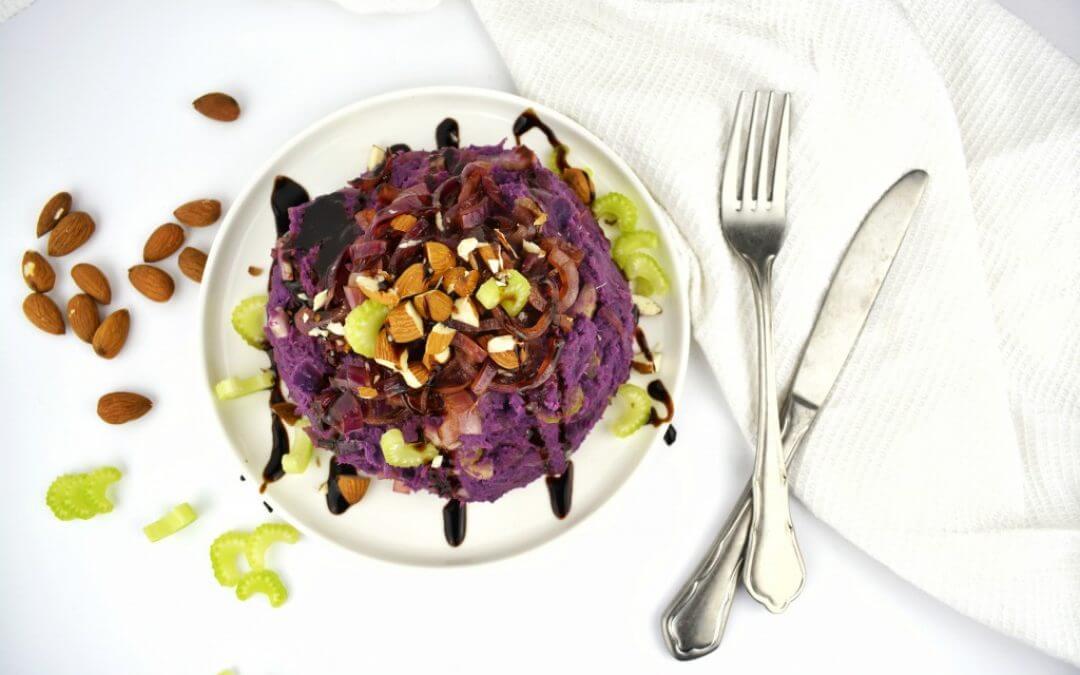 Stamppot van paarse zoete aardappel en gekarameliseerde rode ui