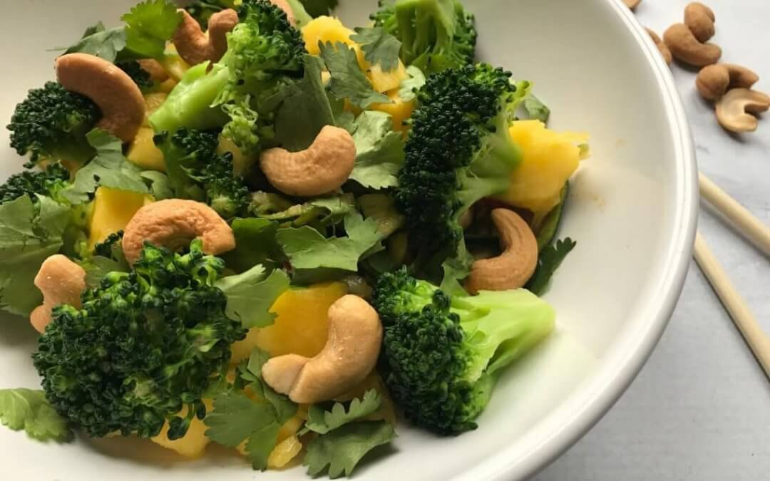 VEGGIE in 20 minuten: Oosterse courgette-spaghetti met broccoli, mango en cashews