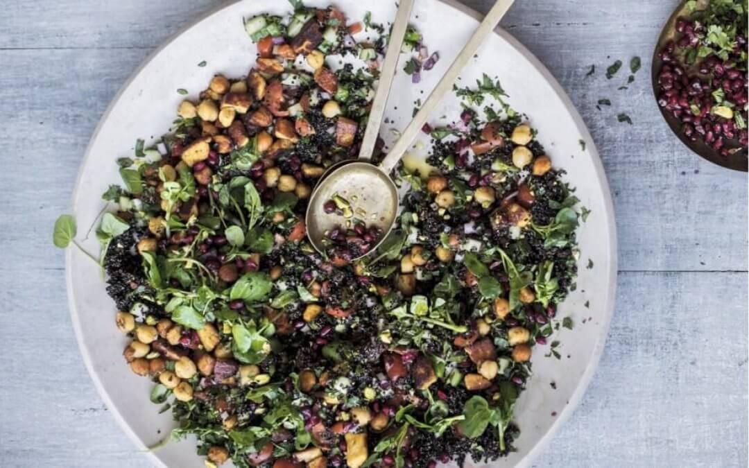 Eat happy: Gekruide halloumi en kikkererwten met taboulé van zwarte quinoa