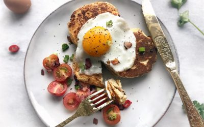 Hartige ontbijt pannenkoeken met ei en tomatensalade