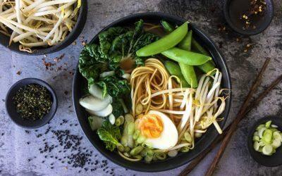 Japanse miso ramen met sugarsnaps en taugé