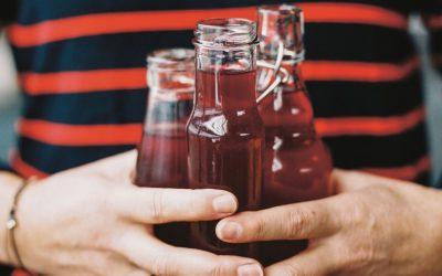 Limonade: Hibiscus ijsthee