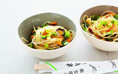 De Aziatische keuken: geroerbakte noedels en groenten met cashewnoten